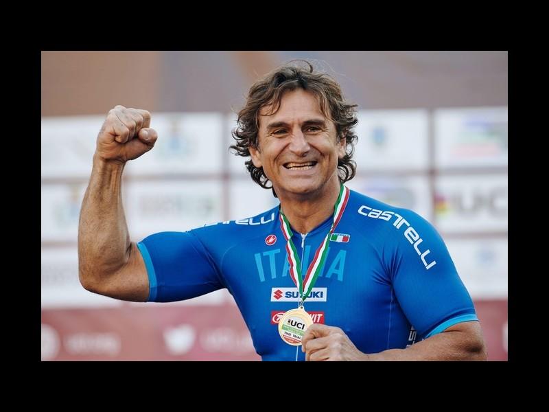 Amputé des jambes, l'ancien pilote de Formule 1 est devenu champion du monde paracycliste Sans2662