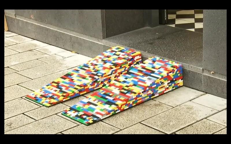 Cette Allemande construit des rampes en LEGO pour les personnes en fauteuil roulant Sans3789
