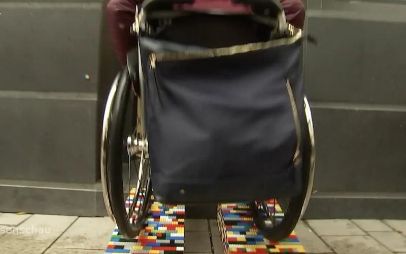 Cette Allemande construit des rampes en LEGO pour les personnes en fauteuil roulant Sans3791