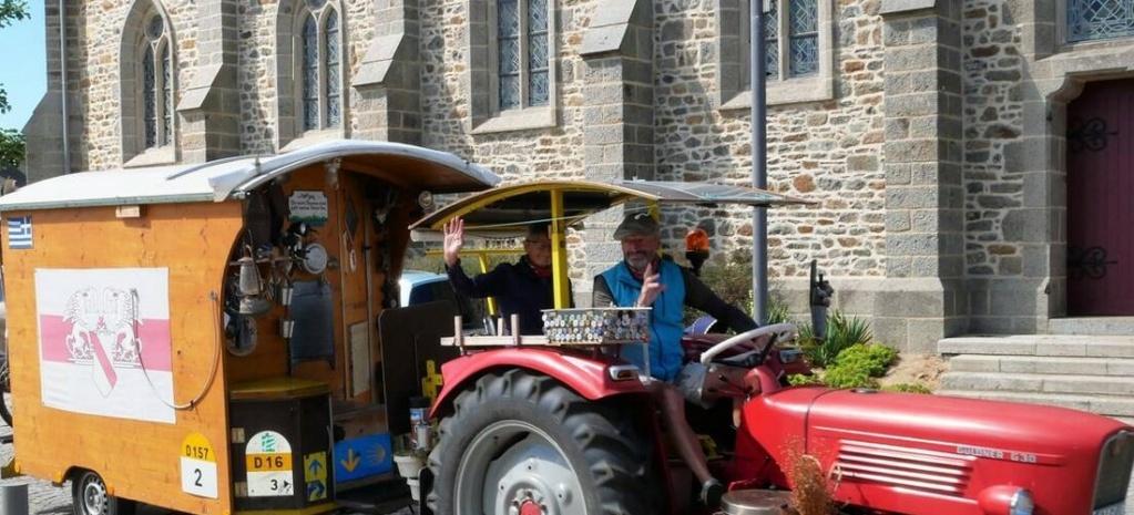 Côtes-d'Armor. À 30 km/h, les retraités voyagent en tracteur et roulotte Sans4636