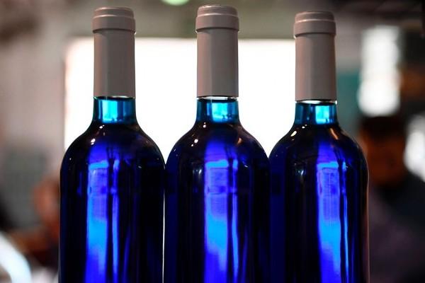 Le vin bleu, la boisson qui fait hurler les sommeliers Sans_550