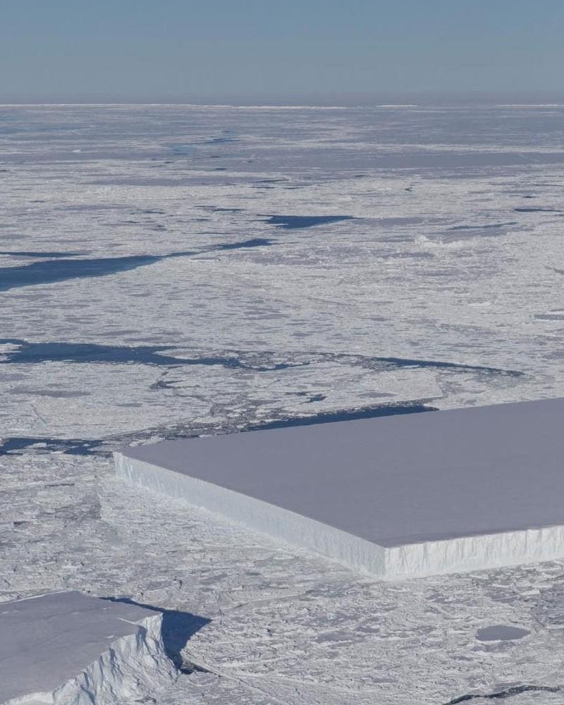 Pourquoi cet iceberg est-il parfaitement rectangulaire ? Sans_700