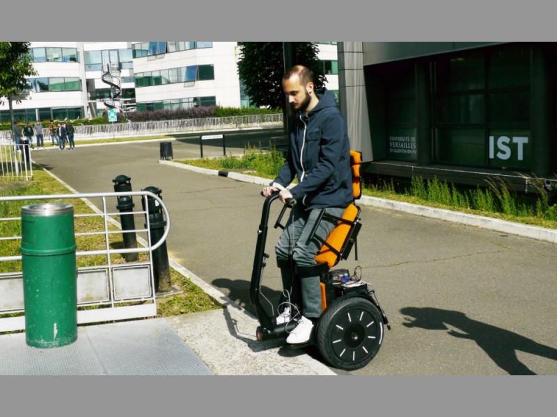 Un fauteuil roulant qui se conduit à la verticale Sans_t32