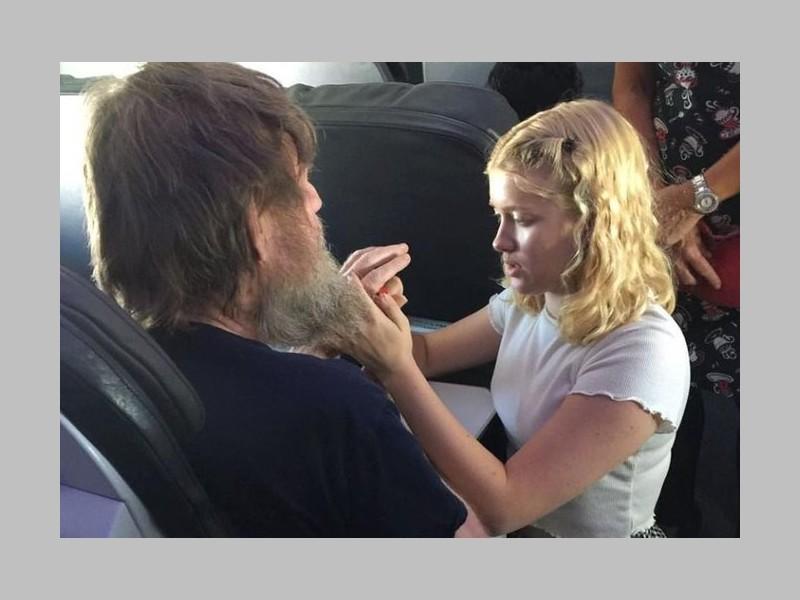 L'ado utilise la langue des signes pour aider un passager sourd et aveugle Sans_t66