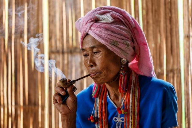 Quatre fées vrillées fument des tabacs typés.  8477bd10