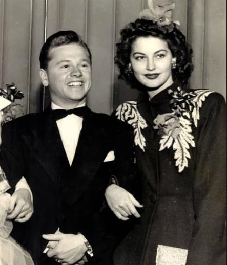 uno que era  famoso de lo  mas bajo  de hollywood en esa epoca  con una  famosa alta  Mickey10