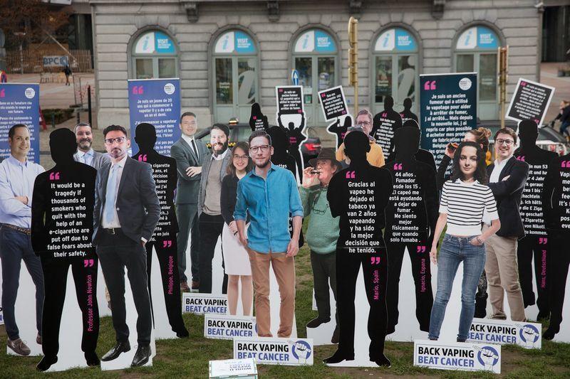 Une manifestation pro-vape à Bruxelles qui respecte les gestes barrières : une bizarrerie très tendance 2020. Manif210