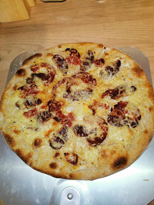 Que pensez vous de mes 2 pizzas ??? Cuisson sur pierre dans four traditionnel  Img_2028