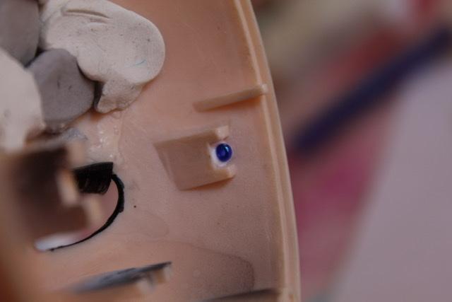 [tuto] Pullip: Poser un mécanisme sans emplacement de vis 2a298b10