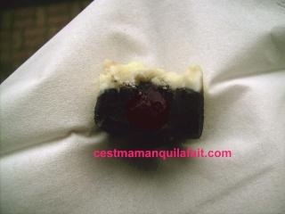 Bouchées de duo de chocolat au coeur de griottines. 716