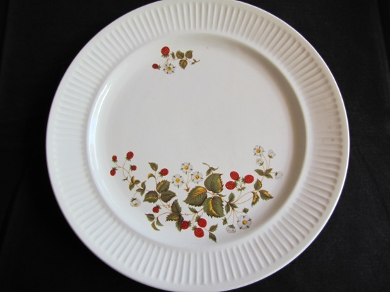no name apollo dinnerplate with berry motif is called SHAMROCK Img_5813