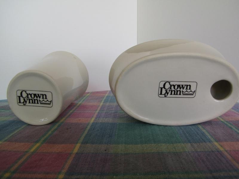 A Crown Lynn Bathroom Tumbler & Pen Pot Shape 3621 Jan11_11