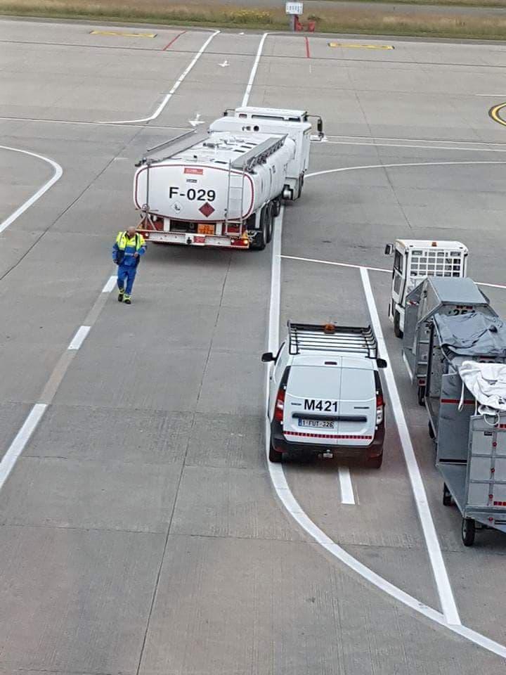 fueliste à l'aéroport  1111