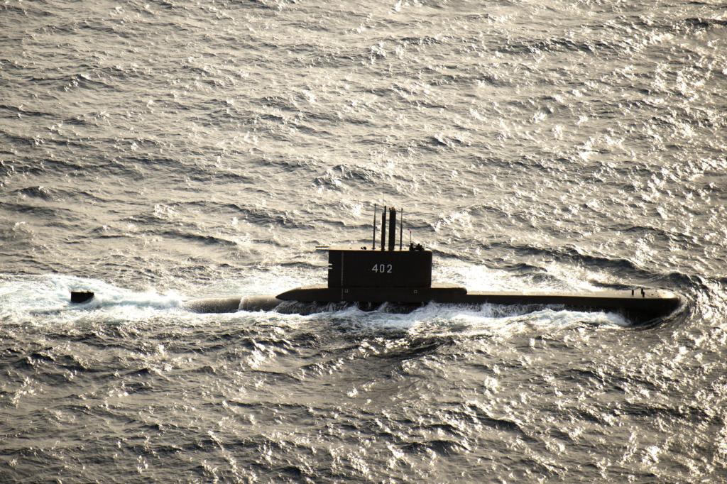 Sous-marin avec 53 membres d'équipage portés disparus  1379