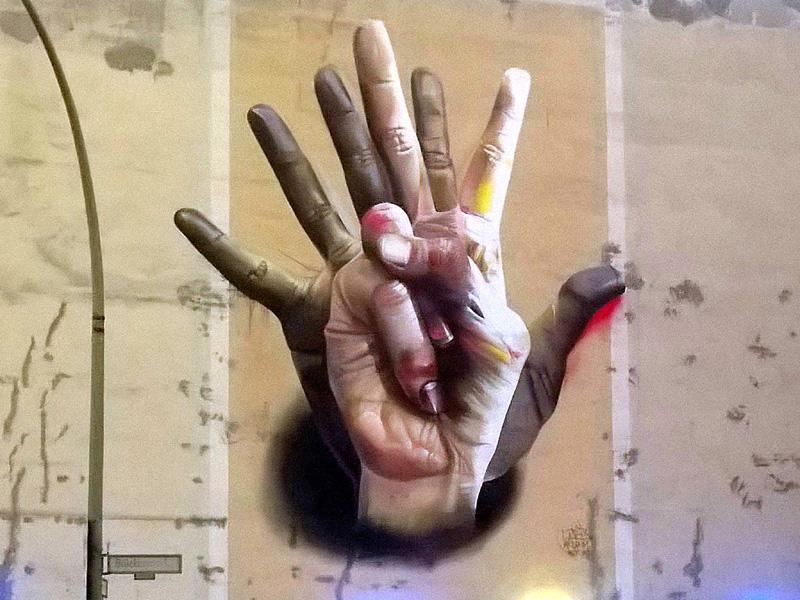 STREET ART sur un mur à BERLIN Mains_11
