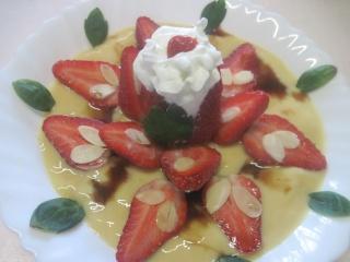 fraises sur un lit a la crème vanille.photos. Fraise10