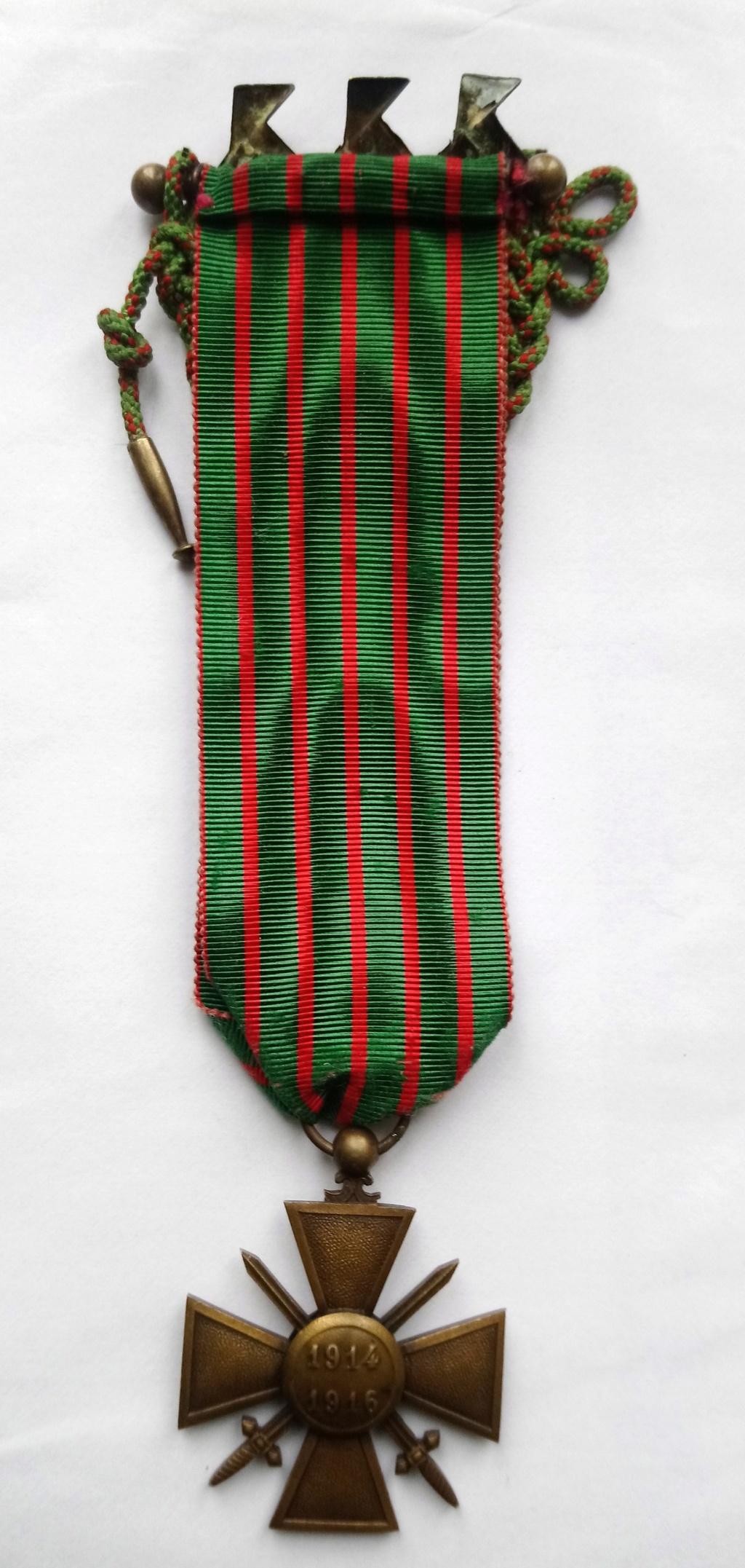 insigne cocottes sur croix de guerre Dsc_1113
