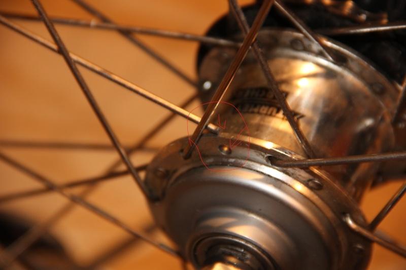 Rayons cassés + début roue voilée  Img_6311