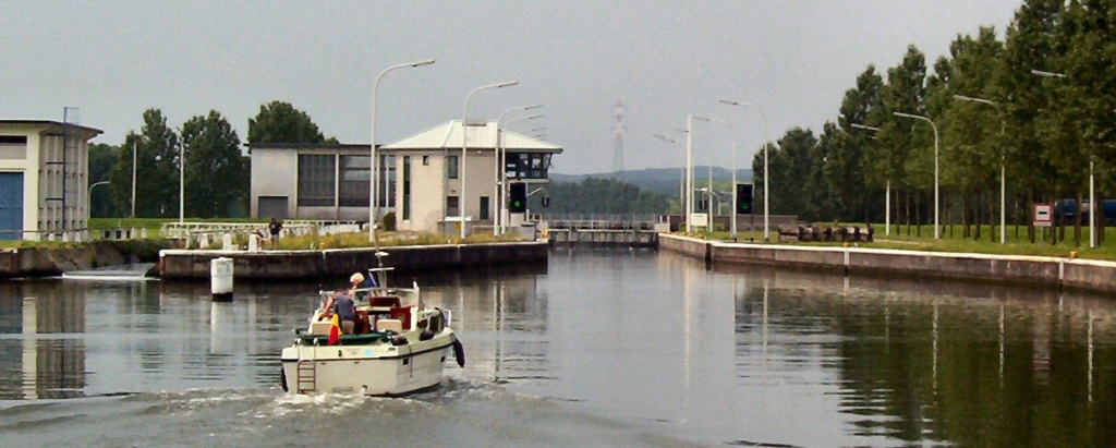 "l'amiral s""ammarre au quai des gogos Canal-11"