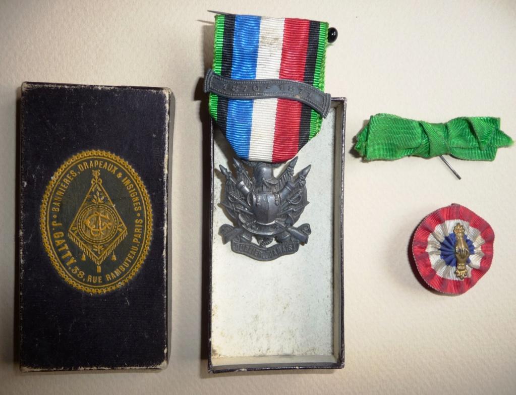 identif 2 insignes de boutonnière Medvet10