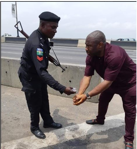 Man Reveals What Policemen Did After Being Stranded On Lagos Bridge (See Photos) 2-13110