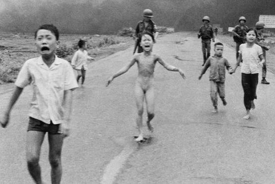 """Kim Phuc, """"la petite fille au napalm"""" photographiée au Vietnam il y a 47 ans, se raconte dans """"Sauvée de l'enfer"""" Ki10"""