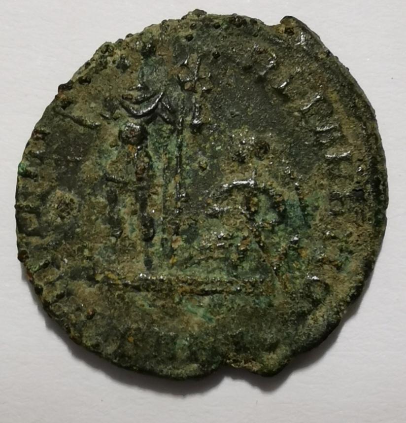 AE3 o 1/4 de Maiorina de CXonstante I. FEL TEMP REPARATIO. Emperador en barca. Arlés Img_2032