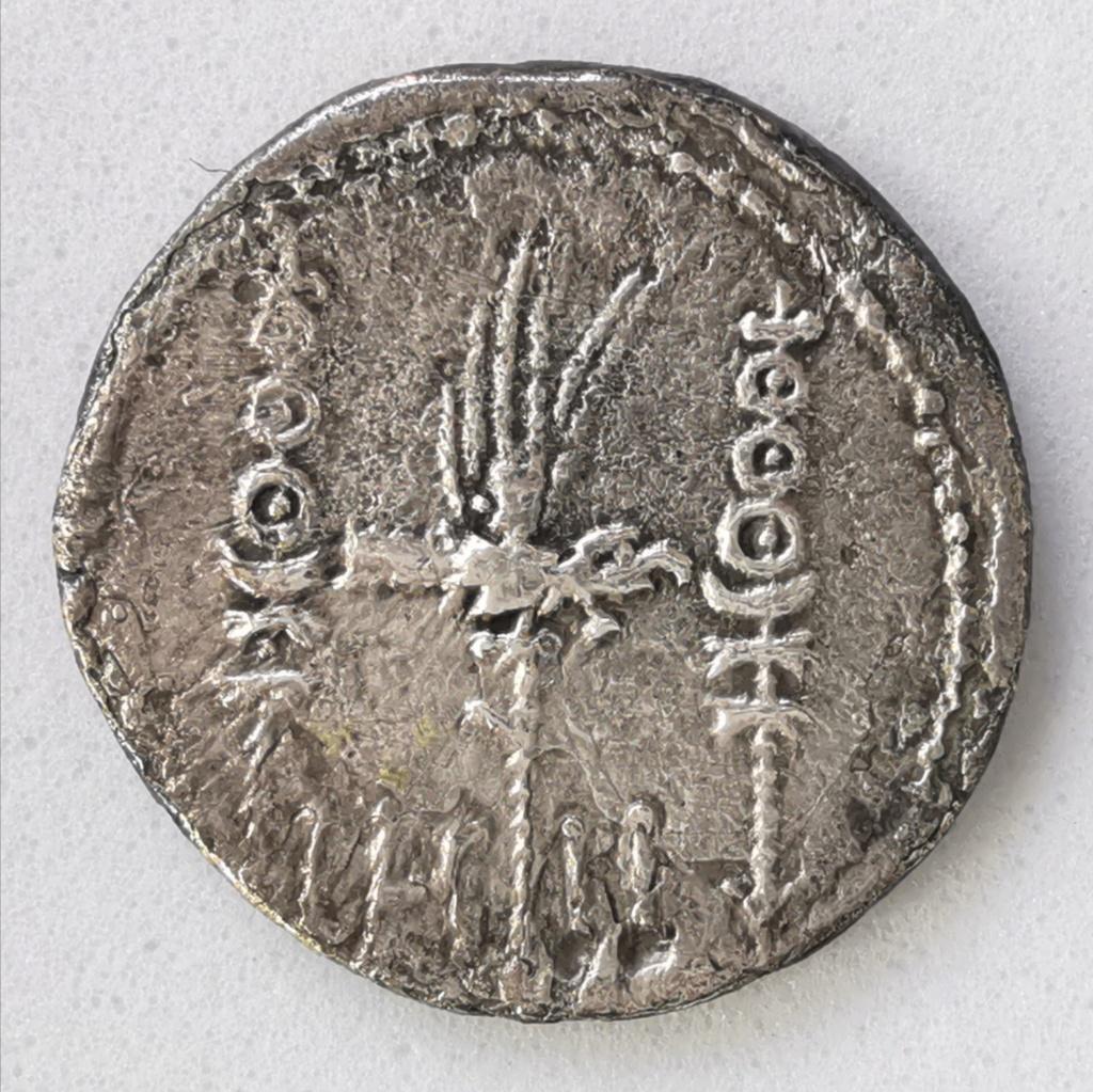 Denario de la gens Antonia. LEG II. Águila entre dos estandartes militares. Ceca militar itinerante. Img_2277