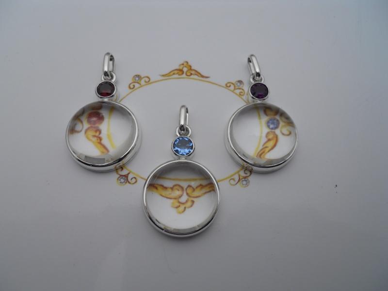 Trois pendentifs quartz cabochon 20 mm et pierre facettée de 6 mm 03210