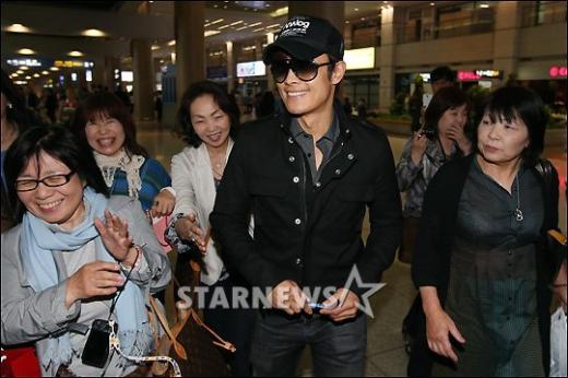 Lee Byung Hun de retour à la maison 08051311