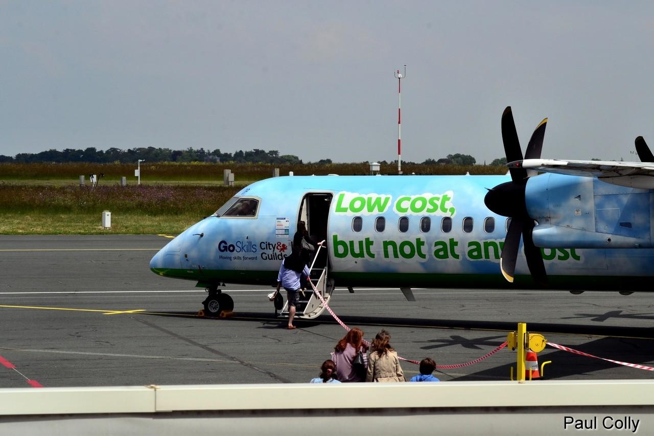 Boeing 737-300 Jet2 Holidays et Dash 8 Q-400 Flybe G-JEDP Maeva_16