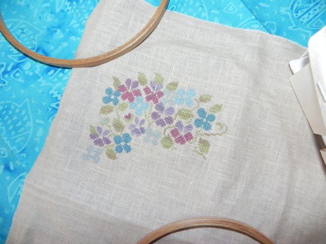 SAL Sauvage Tralala Bouquet Violettes et Myosotis - Page 15 Dscn2011