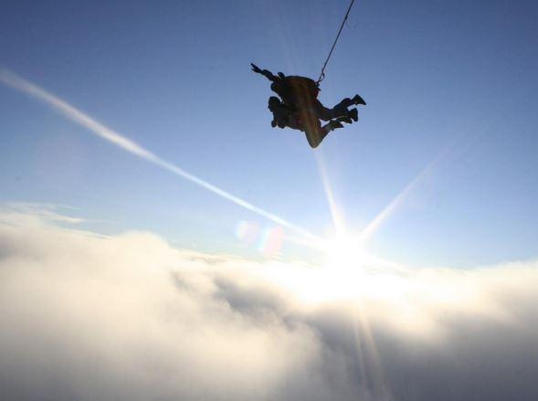Malgré ses multiples efforts pour réussir à se rétablir et ouvrir son parachute de secours, l'homme échoue. Il est alors trop tard et l'impact devient inévitable Crash_10