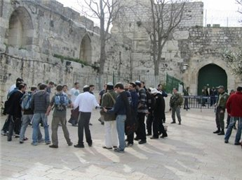 سلطة الآثار الإسرائيلية تشرع باعمال شق وحفر في ساحة باب المغاربة 16543310