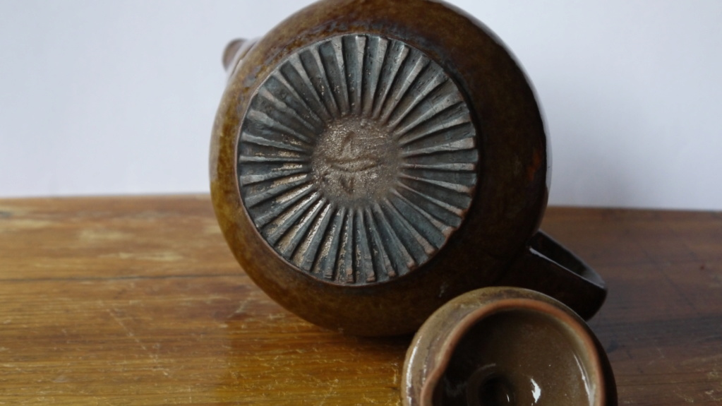 teapots with mysterious grooves under Jp103010