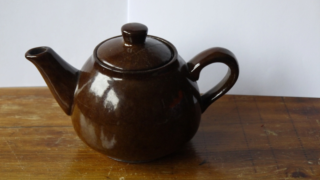 teapots with mysterious grooves under Jp103011