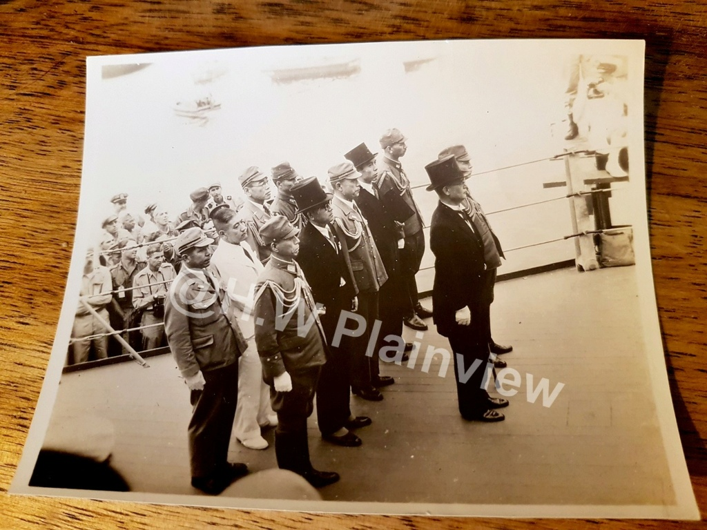 12 photos....en directe de l'USS Missouri ce 2 Septembre 1945. 20210533