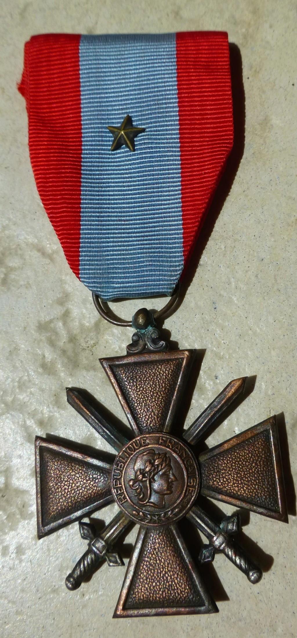 Croix de guerre des TOE avec une bizarrerie. P1070111