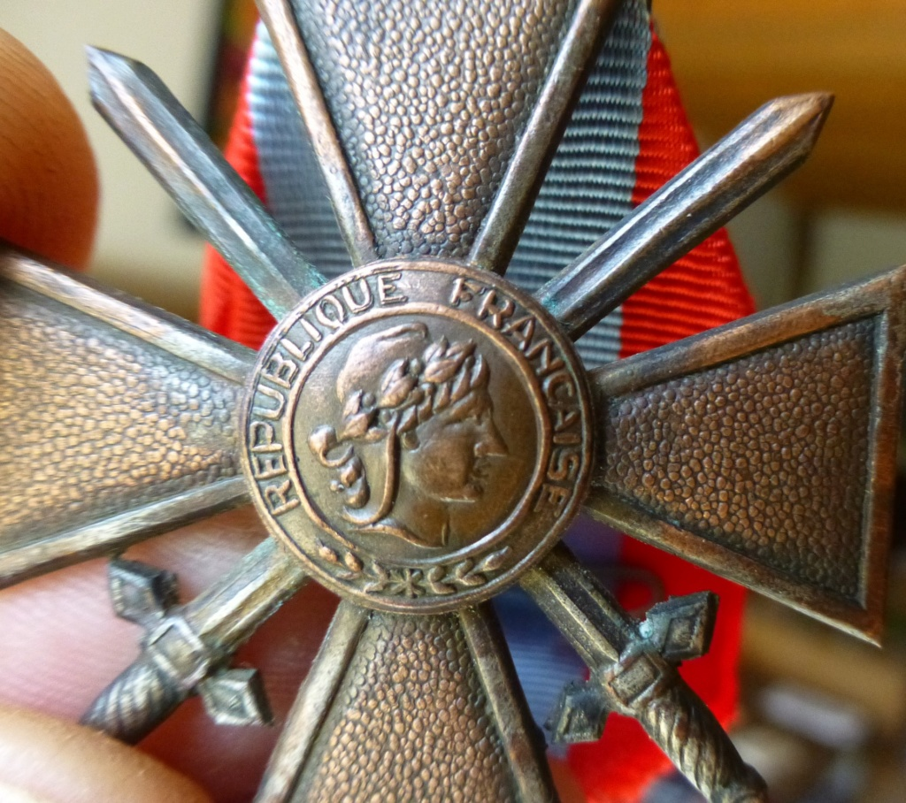 Croix de guerre des TOE avec une bizarrerie. P1070112