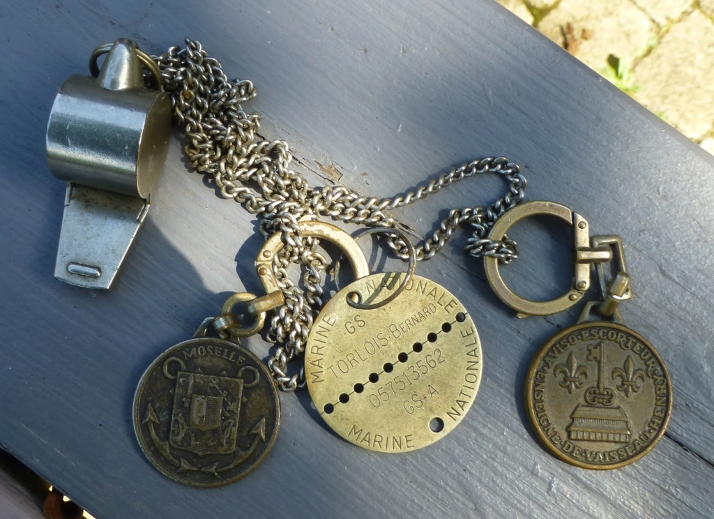 marine, casquette, papiers.... P1080269