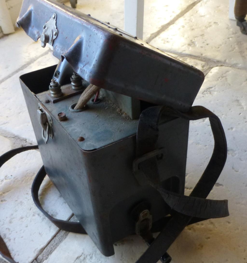 Brocante du matin: Telephone TM 32, porte carte wehrmacht, insigne CTA 808 P1080986