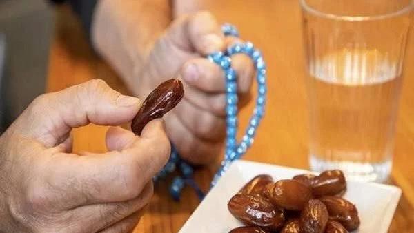 جامع زوجته في نهار رمضان ولا يستطيع صيام 60 يوما.. علي جمعة يوضح الكفارة 877_we10