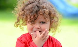 مشكلة وعادة قضم الأظافرعند الأطفال Child110