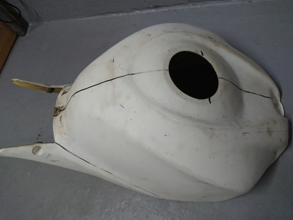 Καπάκι πολυεστερικό και καρμπον για τεποζιτο gsxr 1000 08  Dsc_0010