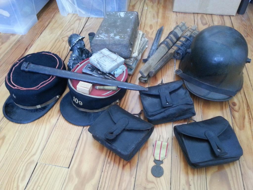 Lot comprenant képis, casque et différents objets Access40
