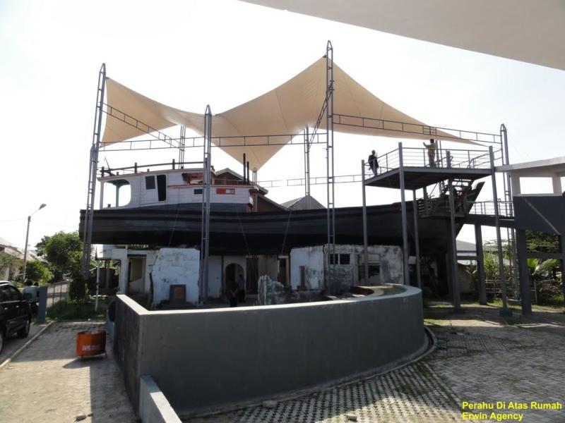 [Indonésie] -Un bateau sur le toit Lampulo 48803510