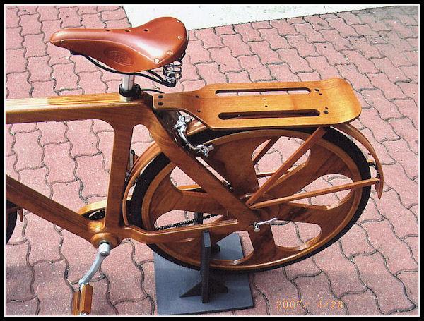 Una bicicletta di legno per il Papa B12