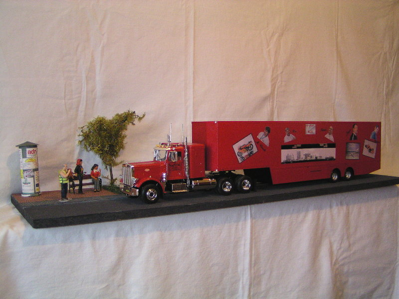 Peterbilt 359 mit Racing Trailer Pc220410