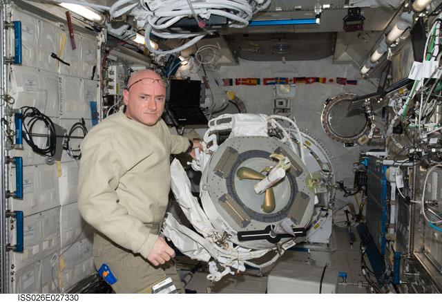 ISS : Expédition 26 - Page 3 Scott_12