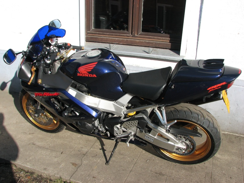 ma moto enfin terminée prete pour la saison super beau mon capot de selle 00410